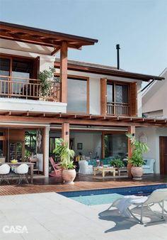 Casa em Florianópolis tem decoração despojada à beira da Lagoa - Casa Tropical Architecture, Architecture Design, Water Architecture, Thai House, Rest House, Dream House Exterior, Tropical Houses, Modern Tropical House, Tropical House Design