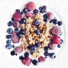 "Polubienia: 73, komentarze: 2 – Ola Glebicka (@olglebicka) na Instagramie: ""#fruitbowl with #frozen #raspberries and fresh #blueberries is a must for #sundaybreakfast…"""