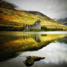 Kilchurn Castle is one of the most romantic castle ruins in Scotland. Its picturesque setting on the shores of Loch Awe ensures gorgeous views of it in every season. Part of its charm lies in the difficult access to the castle. Scotland Castles, Scottish Castles, Scotland Uk, Inverness Scotland, Beautiful Castles, Beautiful Places, Beautiful Pictures, Beautiful Scenery, Places To Travel