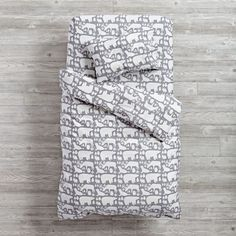 Shop Arctic Animals Toddler Bedding. Our Arctic animals toddler bedding features polar bears, seals, reindeer and other Northern animals on a snuggly grey fleece.