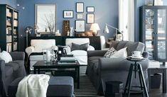 Zona giorno dove il blu è la base a cui si aggiungono il nero, il grigio e il bianco