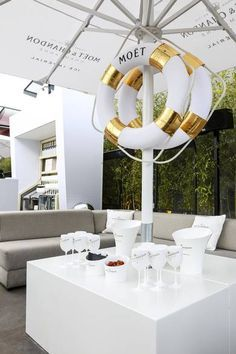 White & Gold lounge - clean and classy design. Moet Chandon, Lounge Party, Bar Lounge, Corporate Event Design, Champagne Bar, Lounge Design, Divas, Event Decor, Event Ideas