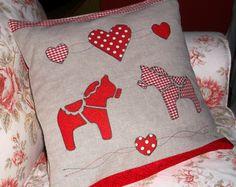 Dala horse pillow http://sztukaoswojona.blogspot.com/2012/08/koniki-dala-na-poduszce.html