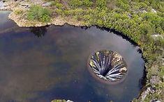 Was macht der mysteriöse Krater im See?
