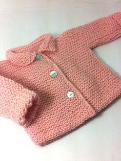jersey chaquetón para bebé hecho a mano con lana rosa #handmade #hechoamano #modabebe #babyfashion Free Newborn Knitting Patterns, Baby Cardigan Knitting Pattern Free, Crochet Baby Jacket, Baby Sweater Patterns, Knitted Baby Cardigan, Knit Baby Sweaters, Knitting For Kids, Cardigan Bebe, Baby Boy Sweater