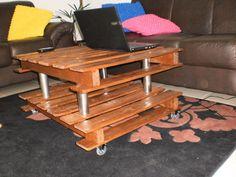 Mesa de centro feita com madeira de pallets...para dar um ar sofisticado: tubos de inox e rodinhas de silicone