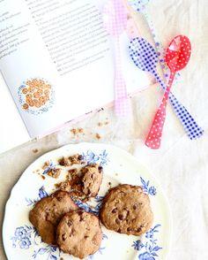 """Estas son las galletitas con chips de chocolate que cocinamos siguiendo la receta del libro """"Diez gotitas de azar. Leyendas de recetas accidentadas"""", de Melina Barrera, e ilustrado por Miren Asiain Lora. Para la receta entren el link que esta en mi perfil."""