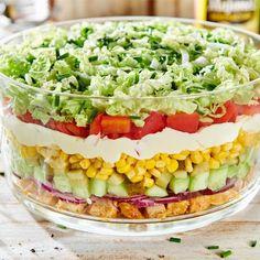 Sałatka Gyros nie tylko smakuje pysznie, ale też wspaniale wygląda! Delikatnie doprawione mięso z kurczaka świetnie komponuje się z chrupiącymi warzywami i kremowym Majonezem dekoracyjnym… Anti Pasta Salads, Pasta Salad Recipes, Cooking Recipes, Healthy Recipes, Food Inspiration, Healthy Lifestyle, Food And Drink, Dinner Recipes, Ethnic Recipes