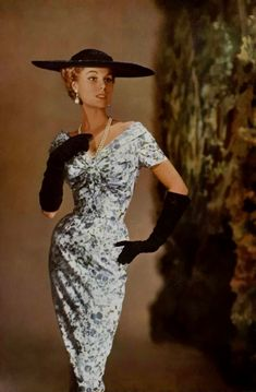 Une robe de Jacques Fath en 1955 dans L'Art et la Mode. Vintage Vogue, Vintage Glamour, Vintage Beauty, Vintage Hats, Jacques Fath, Fifties Fashion, Retro Fashion, Vintage Fashion, Vintage Style