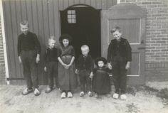 Jongens en meisjes in Staphorster streekdracht. Ze zijn gekleed in daagse dracht. #Overijssel #Staphorst