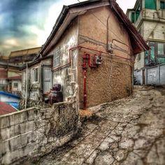 sarafa / #20140103 #iphone5s #seoul #itaewon #alley #house #snapseed #서울 #이태원 #골목 #주택가 #ソウル #住宅街 #横道 / 서울 용산 이태원 / #골목 #집 #설비 #비탈 / 2014 01 04 /