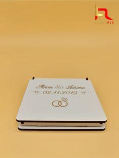 Cutia alba personalizata pentru verighete este construita in totalitate din lemn de 3 mm, cu loc pentru verighete in forma de inima. verighetele din imagine sunt doar cu titlu de prezentare