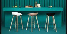 Vielseitig, flexibel, trendig und stilvoll: Barhocker und Stehtische sind nicht nur Möbelstücke, die in der Gastronomie am richtigen Platz sind. Sie machen auch in Wohnzimmern, Küchen oder sogar Büroräumlichkeiten eine gute Figur!