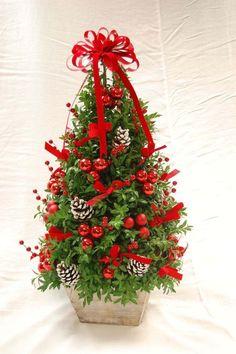 árbol pequeño decorado con lazos rojos