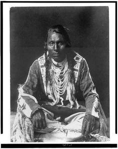 Blackfeet (Pikuni) man - 1910 - I am Blackfoot : ) Native American Photos, Native American Tribes, Native American History, American Indians, Blackfoot Indian, Native Indian, Native Art, Geronimo, Black Indians