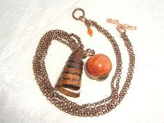 Collana con perla sferica arancione in ceramica e ciondolo in rame a forma di molla , by The Magic Daisy, 10,00 € su misshobby.com