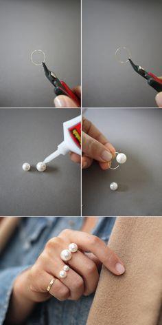 DIY anillo con dos perlas. Buena idea también para gargantilla. Si no se puede tener los de Chanel, se hacen...