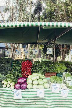 Brasil, país da abundância. Barraca de verduras e legumes em feira no bairro da…