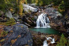 Weiches Wasser, schroffe Felsen, Moos und Nadelbäume - ein Wasserfall in den Bergen. Danke an Anna-Barbara Utelli für das stimmungsvolle Foto! Mehr tolle Naturfotos seht ihr bei www.linaria-alpina.com und www.fotos-fuers-leben.ch.