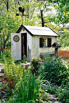 Redskapsboden rymmer det mesta man kan behöva   i en trädgård.