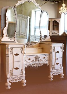 Beautiful vintage three mirror vanity - this just miight be the vanity of my dreams <3 look at all the detail!
