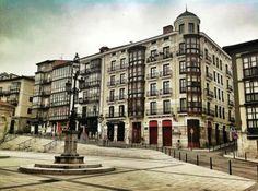 Cañadío  #Cantabria #Spain una cervecita fresca,una buena conversación.  Eso si ablando bajito que los vecinos se molestan. No te pierdas el ambiente de esta plaza los viernes y sábados por la noche. No hay escusa para no pasar.