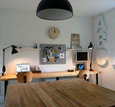 bureau rangé, plaque aimantée au mur pour photos, mémos, horloge, spots de lumière, forte présence du bois et du blanc http://www.unregardcertain.fr/30-idees-et-inspirations-de-decoration-pour-la-piece-du-bureau/2031