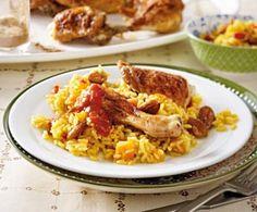 Hähnchenkeulen zu Curryreis Rezept: Hähnchenkeulen,Salz,Pfeffer,Edelsüß-Paprika,Zwiebel,Knoblauchzehe,Tomaten,Aprikosen,Öl,Mandelkerne,Langkornreis,Curry,Zimt,Gemüsebrühe