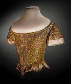 Corset de cour Corselet, 1761. Porté par Lady Mary Douglas, l'une des six filles du comtes célibataires qui ont assisté à la reine lors de la cérémonie du couronnement de George III. Ce corsage drap d'or est le seul exemple connu du costume anglais. Costume raide corsé