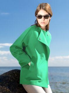 Эффектная куртка со скошеным бортом и круглым вырезом горловины, выполненная из мягкой ворсовой ткани. Модель имеет цельнокроенный рукав кимоно с ромбовидной ластовицей, карманы врезные листочки и застежку на пришивные кнопки. Изделие декорировано тамбурным швом. Прекрасная модель для авто-леди., арт. 3043980p00040, состав: Основная ткань: шерсть 95 %, нейлон 5 %; Подкладка: полиэстер 55 %, вискоза 45 %;