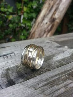 Idylliz, Wikkelring van oud goud en zilver. Briljant ook overgezet. Wedding Men, Wedding Rings, Contemporary Jewellery, Silver Rings, Make Up, Bling, Engagement Rings, Pearls, Fashion