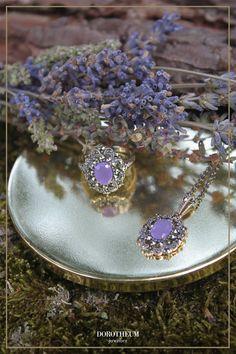 Sie brauchen ein farbiges Statement zu ihrem Trachtenoutfit? Dann ist dieses Set aus Ring und Collier genau das richtige für Sie! Druzy Ring, Sapphire, Jewelry, Necklaces, Gemstones, Lavender, Ring, Jewlery, Jewerly