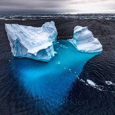 Iceberg con forma caprichosa flota en el océano Antártico (AQ)