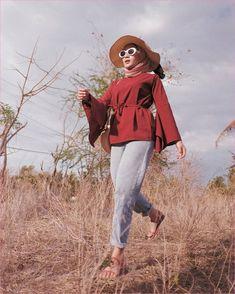 Outfit Baju Remaja Berhijab Ala Selebgram 2018 topi pantai top blouse lengan lebar merah tua hijab segi empat pink muda longpants denim jeans tas slingbags rotan coklat muda sandals loafers and slip ons merah muda ootd outfit kain katun gaya casual kacamata jam