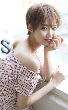 영화 '나의 절친 악당들'에 출연하는 배우 고준희와 뉴스웨이의 인터뷰가 22일 오후 서울 삼청동의 한 카페에서 진행됐다. 영화 '나의 절친 악당들'의 개봉은 오는 25일. 배우 고준희가 인터뷰에 앞서 사진 촬영을 하고 있다. Korean Short Hair, Korean Girl, Korean Beauty, Asian Beauty, Korean Celebrities, Celebs, Girl Short Hair, Short Girls, Most Beautiful People