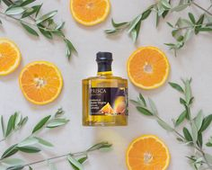 Condimento de Azeite Virgem Extra Aromatizado com Laranja da Casa da Prisca. Encontre na Unique Flavours. Ideal para dar um toque criativo e um gosto refinado às suas receitas. A Casa da Prisca alia os ancestrais conceitos da pureza do azeite ao sabor requintado da laranja. Toque, Bottle, Drinks, Orange, Creative, Recipes, Home, Vinegar, Drinking