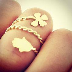 ŞANS YÜZÜĞÜ NEDİR? Şans Yüzüğü, dört yapraklı yoncanın hikayesidir aslında. İnsanlar birşeyi sembolleştirmek ve sembolleri gücünü sürekli yaşamak ister. Adı üstünde şans, her zaman sizinle olmaz. Doğada ender bulunan dört yapraklı yonca gibi... Fatma Ana elide mutluluk, şans, bereket, iç huzur ve güçün sembolüdür. Bu yüzükle kendinizi hem güçlü, hem şanslı, hem huzurlu  hissedeceksiniz bu da size mutluluk ve bereket getirecektir. Unutmayın her insan gücünü kendi iç dünyasından alır, şans… Good Luck Symbols, Personalized Gifts For Her, Four Leaf Clover, Hamsa Hand, Boho Rings, Ring Finger, Unique Rings, Jewelery, Great Gifts