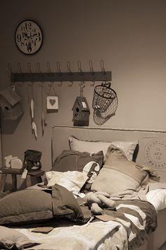 decoratie stoere tienerkamer. met een vogelhuisje, een klok, kussens