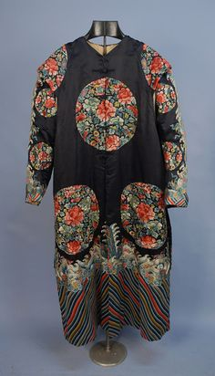 UNUSUAL CHINESE EMBROIDERED SILK ROBE, EARLY 20th C.