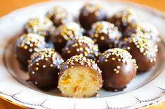"""""""Life's like a box of chocolate: full of little hidden treasures."""" Mange av livets små skatter kan du skape selv, som for eksempel kjempenydelig """"Aprikosmarsipankonfekt""""! Christmas Sweets, Truffles, Doughnut, Homemade, Chocolate, Baking, Fruit, Desserts, Recipes"""