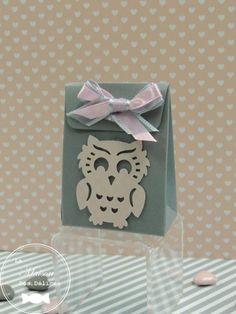 Ballotin mini pochon rose nacré agrémenté d'un joli hibou gris. Parfait pour le baptême de votre enfant si vous avez choisi le thème des animaux de la forêt http://www.maison-des-delices.fr/contenants-a-dragees-mariage-boite-850