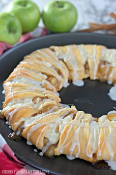 Cresent Roll Apple Pie, Apple Crescent Rolls, Apple Pie Crescents, Crescent Roll Apple Dumplings, Cream Cheese Crescent Rolls, Healthy Apple Desserts, Apple Recipes, Delicious Desserts, Desserts Caramel