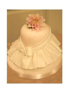 Expert sugarcrafter Naomi Yamamoto shows how to decorate a cake with impressive frill decorations.
