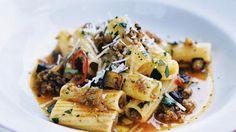 """Bryn köttfärsen i olivolja i en stekpanna. Tillsätt lök, vitlök och chili och stek ytterligare någon minut. Rör i tomatpuré, buljongtärning och vatten. Låt koka ihop i ca 15 minuter. Koka pastan """"al dente"""" enligt förpackningens anvisningar. Stek auberginen gyllenbrun i lite olivolja i en stekpanna. Rör ner köttfärsen. Smaksätt med persilja, salt och peppar. Blanda färsen med den nykokta pastan. Servera med riven parmesan."""