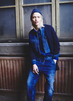 If you're in search of a casual but also chic ensemble, rock a blue denim jacket with blue boyfriend jeans. Tomboy Fashion, Denim Fashion, Fashion Pants, Tomboy Style, Street Fashion, Estilo Tomboy, Estilo Jeans, Jeans Boyfriend, All Jeans