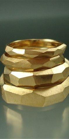 14 k Gold gemeißelt Ring Set - Bestelloptionen - jewels design - trauringe Gold Jewelry, Jewelry Rings, Jewelery, Jewelry Accessories, Jewelry Design, Gold Bangles, High Jewelry, Jewellery Box, Jewellery Making