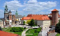 Castelo de Wawel O Castelo de Wawel da Cracóvia é, na verdade, um composto feito de vários edifícios que foram construídos sob a ordem de Casimir, o Grande, que governou a Polônia em meados do século XIV. O castelo é o lar de uma coleção enorme de arte, uma sala do tesouro impressionante e um arsenal antigo, bem como enormes salões que foram escavados no subsolo e são preenchidos com antiguidades de valor inestimável. Esta é uma das atrações mais fascinantes de Cracóvia - imperdível para…