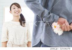花束をプレゼントするカップル