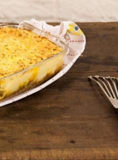 A torta madalena é uma receita do Panelinha com jeito de prato para a família, sabor de infância e ar retrô. É uma camada de carne moída temperada com molho inglês caseiro e feito na hora e uma camada de purê de batata.