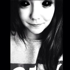 «La tua pelle bianca, I tuoi occhi grandi, I miei sembrano privi di emozioni.»